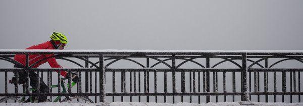 Vintercyklar över bro