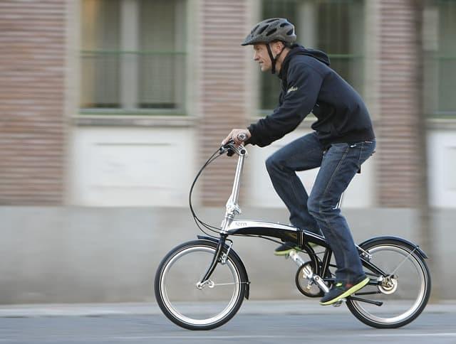 Man som cyklar på vikcykel